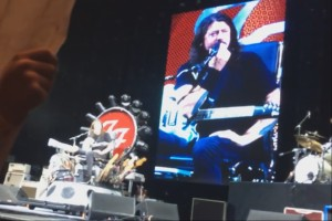 Foo Fighters lassen Fan an die Drums beim Konzert