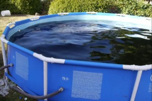 5678 Liter Coca-Cola in einem Pool