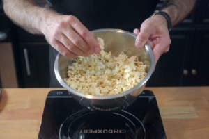 Kino Popcorn und Schoko-Rosinen - Binging with Babish